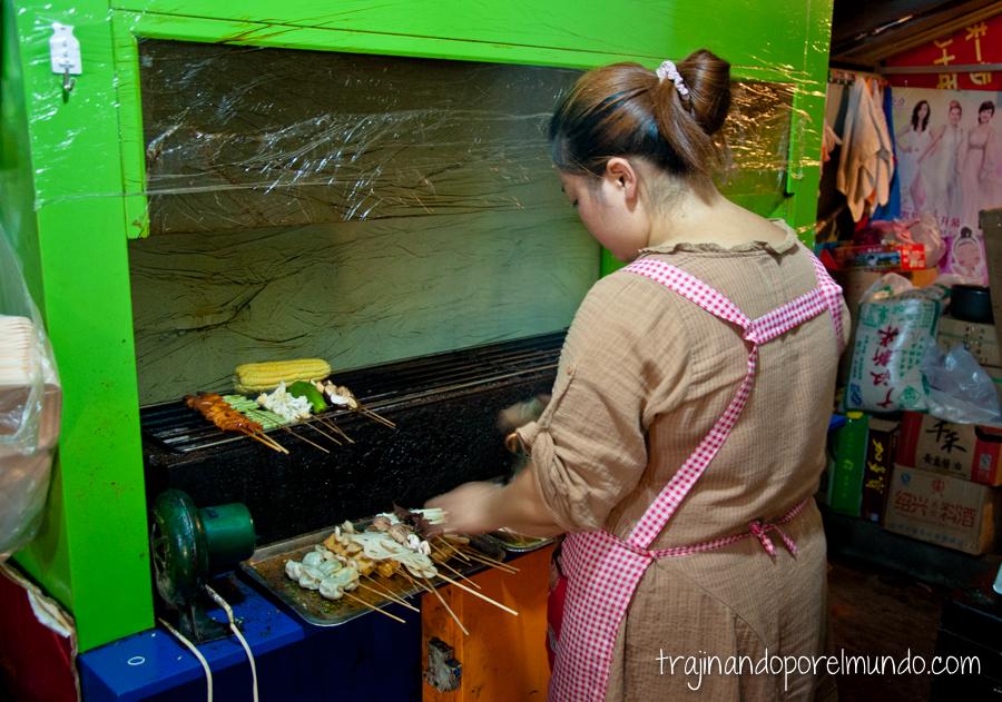 Comida china vegetariana: cocinera preparando shao kao