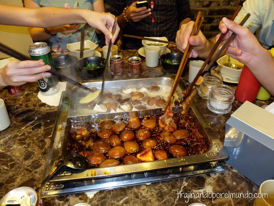 Comida china vegetariana: comiendo hot pot