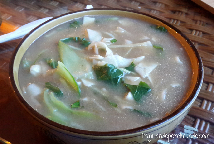 Comida china vegetariana: fideos con tofu y verduras