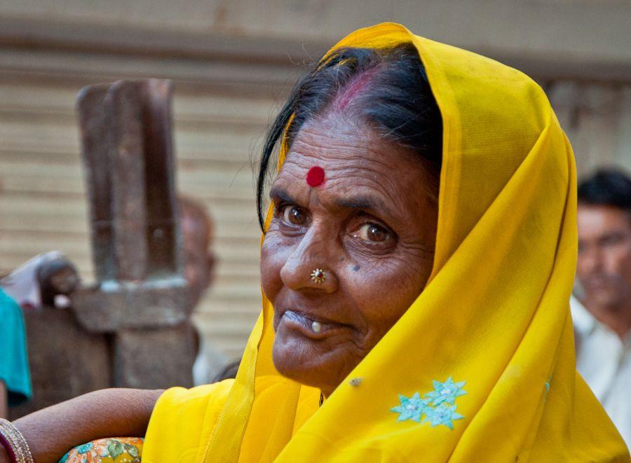 India anciana ebria