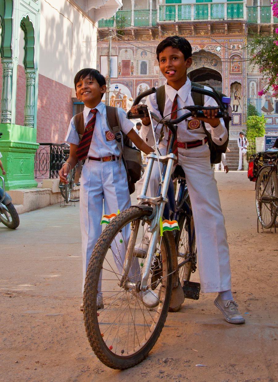 Niños en bicicleta, Nawalgarh, India