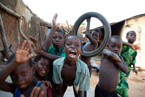 Ghana, niños jugando. África.