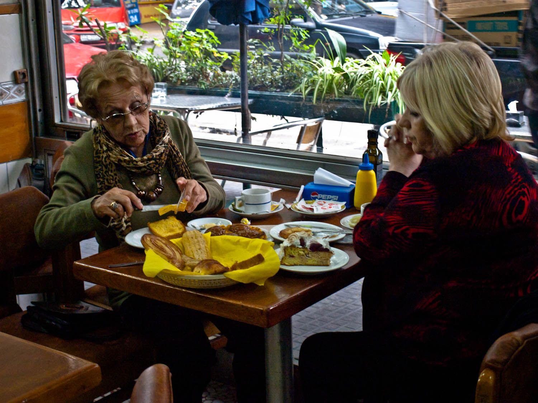 uruguay, montevideo, comer, medialuna, cafe