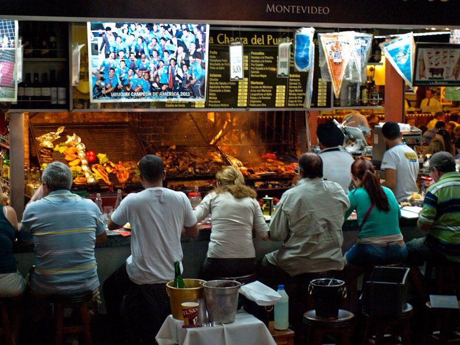 comer asado en montevideo, mercado puerto, uruguay,