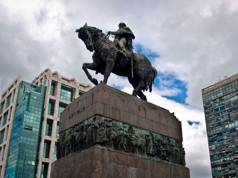 viajar a uruguay, que ver en montevideo, estatua, artigas