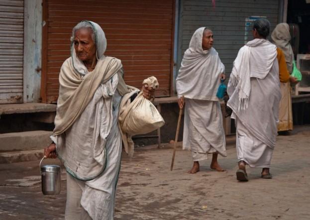 Viudas en las calles de Vrindavan, India